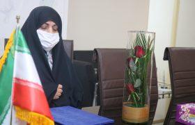 تجلیل دهیار از سرکار خانم محسنی فرمانده پایگاه بسیج بانوان